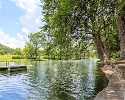 Amazing Private Riverfront! Rope Swing, Floating and Concrete Dock! Sleeps 10! - Hunt