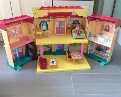 Foldable dolls house with 10 pieces of furniture and 1 Chelsea doll