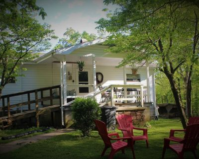 Farmhouse on 5 acres, many attractions and destinations close by. - Madisonville