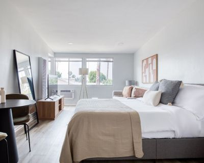 Luxe West Hollywood Studio w/ Pool, near TJ, bars + dining, by Blueground - West Hollywood