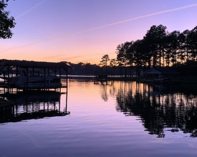 PRIVATE BOAT RAMP - 5 Bedroom lakefront home, deep water in a quiet cove - Henrico