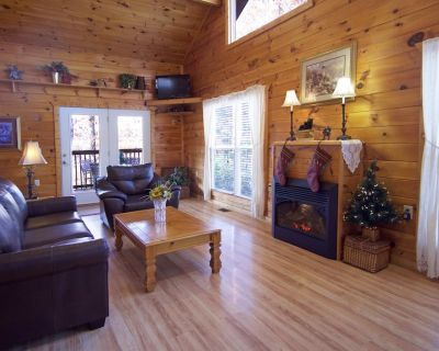 Gatlinburg/Pigeon Forge Area*Secluded, Luxury Cabin, Hot Tub,Fireplace, King Bed - Pigeon Forge