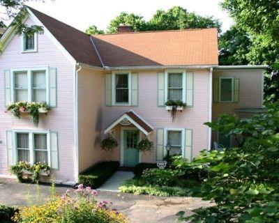 Five room Suite in quiet Victorian neighborhood walking distance to downtown. - Lebanon