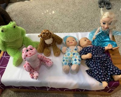 Stuffies and dolls all for 5$