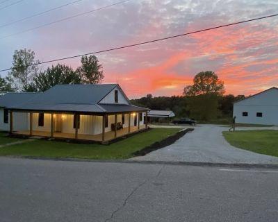 Modern Farmhouse, 3 bedrooms, 2 full baths, sleeps 8 - West Union