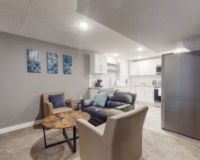 Artsy lower level 2 bedroom unit with king beds - Twin Lakes
