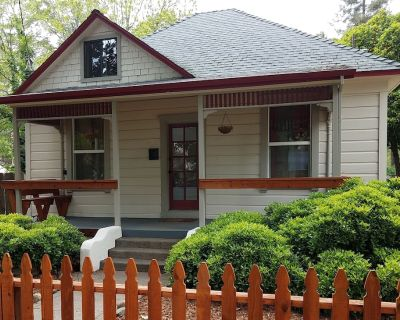 Renovated Victorian with fenced yard by Downtown, CSU, Farmers Mrkt Bidwell Park - Chico