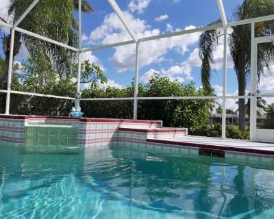 Sunny Retreat 3BR 2 Bath pool house on canal, sleeps up to 6 - Cape Coral