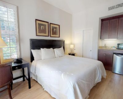 Downstairs Studio Legacy Villa with a King Bed and Private Patio - La Quinta