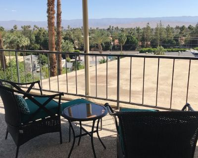 Excellent location, beautiful view. Pool and Jacuzzi just a few stairs away. - Araby