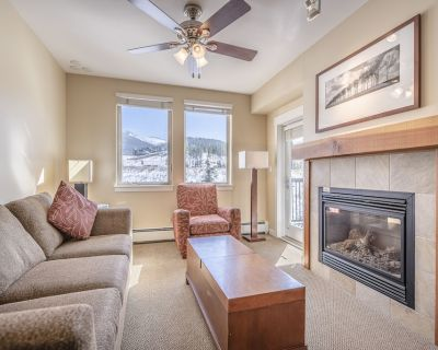 Modern ski in-ski out condo w/access to shared hot tub, fire pit & fire place - Winter Park