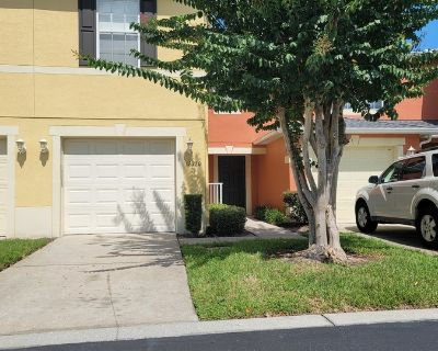 3 Bed/ 3 Bath Townhome With Garage in Waterford Lakes!