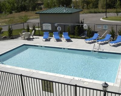 Equipped Suite with Seasonal Outdoor Pool Access! Housekeeping + Business Center - Woodmen Valley