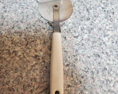 PIZZA CUTTER BEIGH, EXCELLENT CONDITION, SMOKE FREE HOUSE