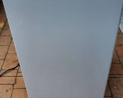 DANBY Small Refrigerator- perfect for College Dorm room. 20x21x32