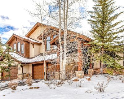 Luxurious Five-Bedroom Home w/ a Private Hot Tub, Massive Fireplace, Shared Pool - Park Meadows