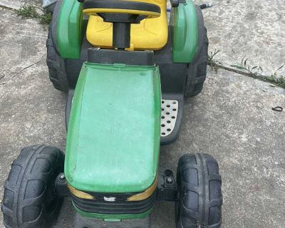 Kids Electric toy tractor (NEEDS BATTERY)
