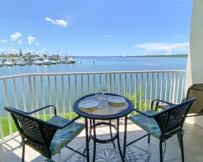 Stunning Waterfront Views of the Bay. Heated Bayside Pool and Hot Tub. Near Johns Pass and Beaches. - Pinellas County