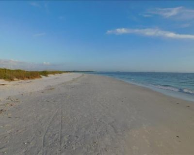 Charming Florida style Gulf front home, 3 Bedrooms, 2.5 baths sleeps 10 - South Island