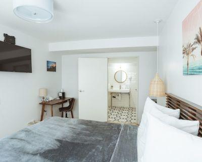 ADA - Deluxe Room, 1 Queen Bed, Accessible Non Smoking - Belmont Shore
