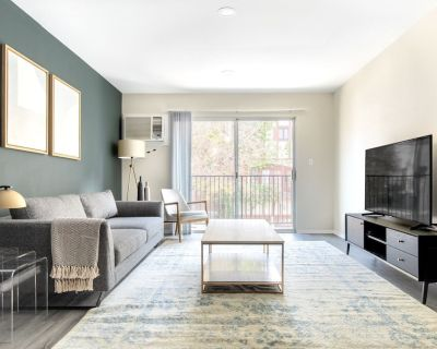 Airy Hollywood 1BR w/ Pool, Gym, near Griffith Park, by Blueground - Hollywood Hills