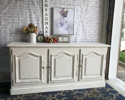"""FARMHOUSE Distressed Buffet/TV Console Relooker-68""""x32""""x18""""-refinished in cream-240$ Laval chomedey"""