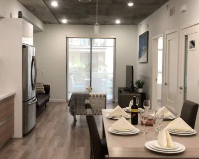 Luxury Modern 2 Bedroom Apartment in the Heart of Glendale - Downtown Glendale