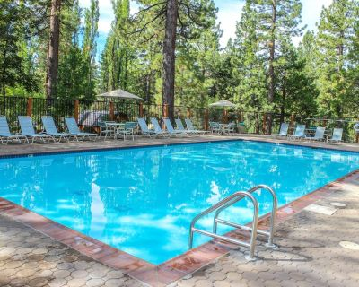 Comfortable condo w/ projector, gas fireplace, and pool access. Close to skiing! - Kings Beach