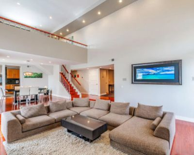2350 Sq Ft Luxurious Modern Penthouse with 18 feet ceiling. Huge Rooftop Patio with Valley and Mountains View, Encino, CA