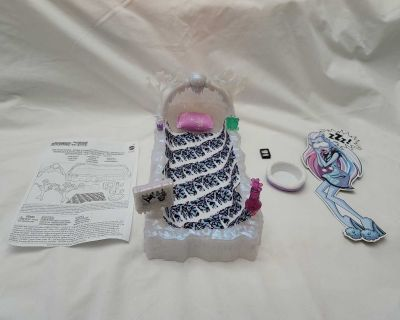 2012 Monster High Abbey Bominable's Bed Playset