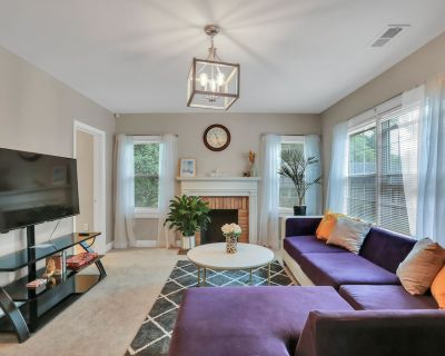 Remodeled Bathrooms! Stylish Luxe Bungalow. 5 min away from Mercedes Benz - Atlanta