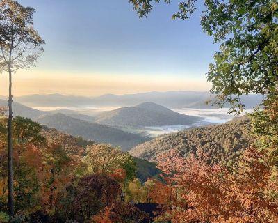 NEW to VRBO Black Mountain Retreat: Newly Renovated Luxury, Game Room, VIEWS - Laurel Ridge