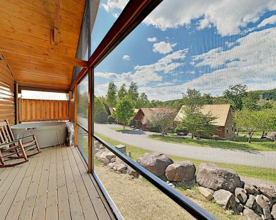 Southern Comfort: All-Suite Getaway w/ Pool, Tennis & Private Hot Tub - White Oak Lodge