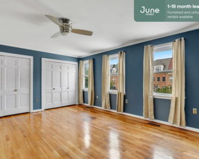 #526 Queen room in Southwest Waterfront 7-bed / 4.0-bath apartment