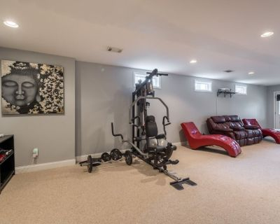 Spacious California King Bedroom, Kitchen, Gym & In-home Theater +Pet Friendly - DeKalb County