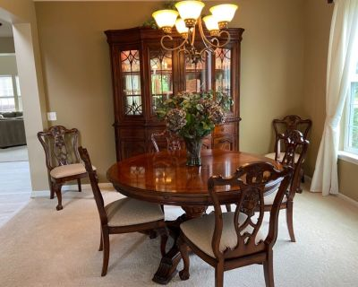 Walter E Smith exquisite dining set table, 6 chairs and leaf extensions