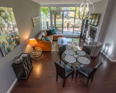 Luxury 1BR/1.5BA, with Fireplace and Library, A/C and Seasonal Pool and Hot Tub - Downtown Victoria