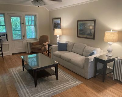 Quaint coach house apartment located minutes from downtown Milwaukee - Whitefish Bay