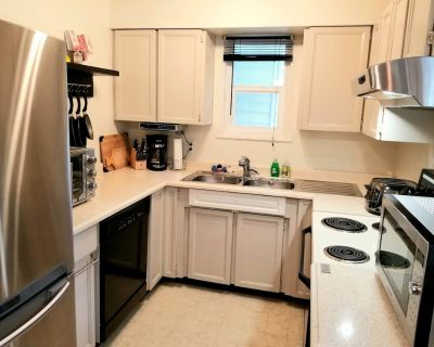 The Suite Spot is a lovely two bedroom suite in a quiet neighborhood - Langford