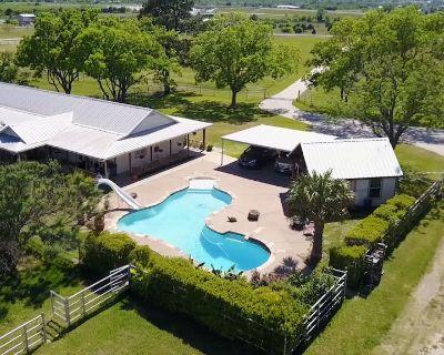 Farmhouse: A Place To Retreat, Entertain, Shop, Swim, Play, Or Watch Ballgames.. - Joshua