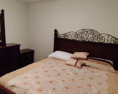 Private room with shared bathroom - Bakersfield , CA 93312