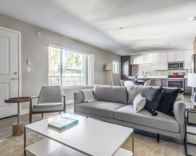 Mod Campbell 2BR w/ Parking, Spa, Hot Tub, Near Freeways, by Blueground - Campbell
