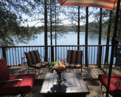 Lovely 4 Bedroom Lakefront, Steps from Scenic Gold Country Lake, Open All Year! - Auburn