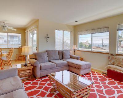 Spacious home w/ gas fireplace, decks w/ BBQ & ocean views - one block to beach - Cayucos