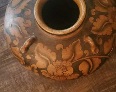 Big Beautiful ceramic pot, used for decor. Can be used for planting.