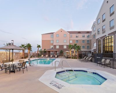 Queen Suite | Free Daily Breakfast, Outdoor Pool Access + 24h Business Center - El Paso