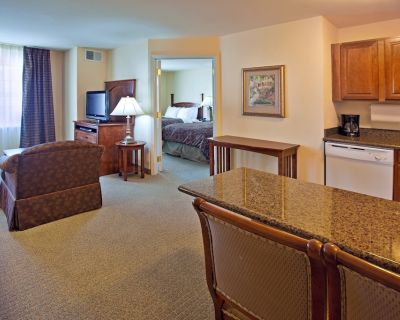 Free Breakfast + Free Wi-Fi + Hot Tub | Great Suite Close to the ABQ Airport - Albuquerque