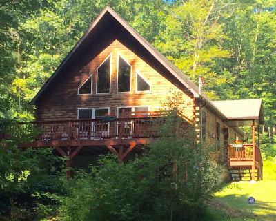 Beautiful Chalet on 7 Acres with Private Pond, Fireplace, Hot Tub and Free Wifi - Dingmans Ferry
