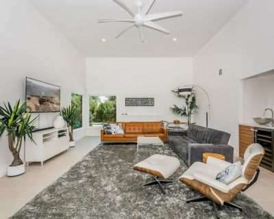 Modern Oasis. Close to downtown. Pool, Jacuzzi, BOCCE ball, Putting green, more - Desert Park Estates