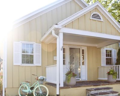 Cottage on King St | Historic Charm | Modern Living - Leesburg's Old and Historic District